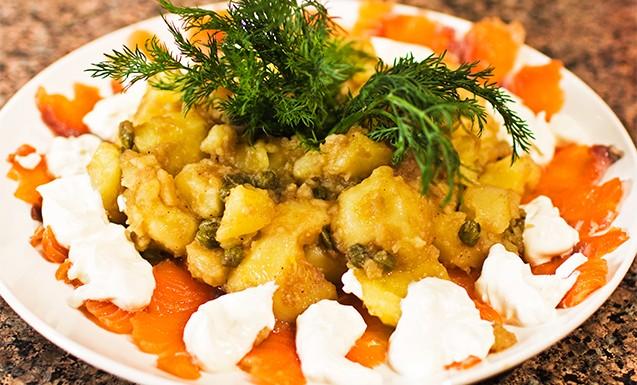 Картофельный салат с сёмгой